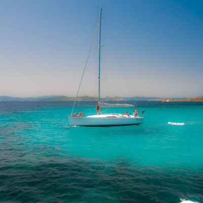 Isola Cavallo, vacanze in barca a vela e catamarano