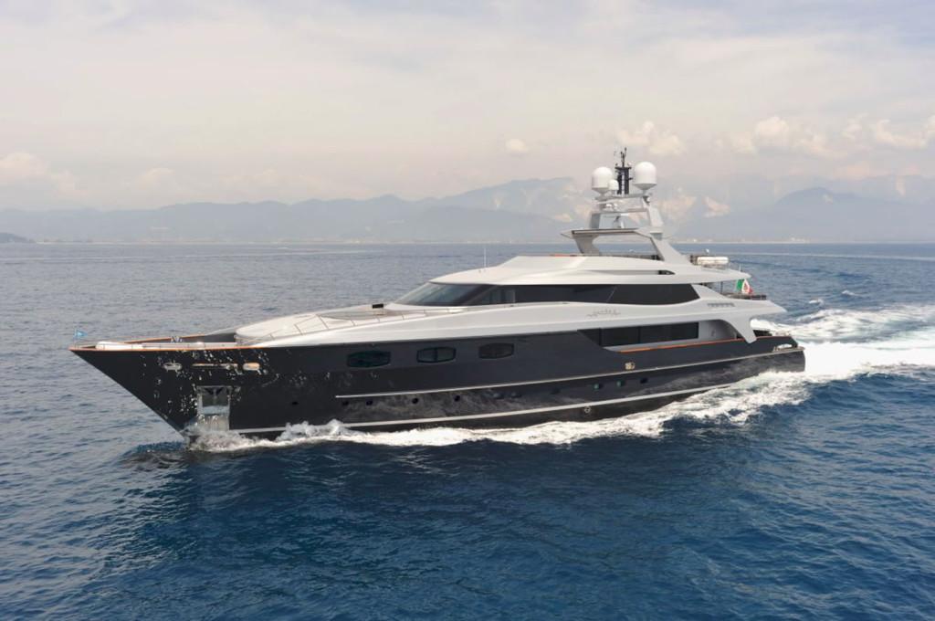 Yacht a motore per crociere private ancora charterby